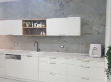 חיפוי קירות במטבח עם אבן במראה בטון
